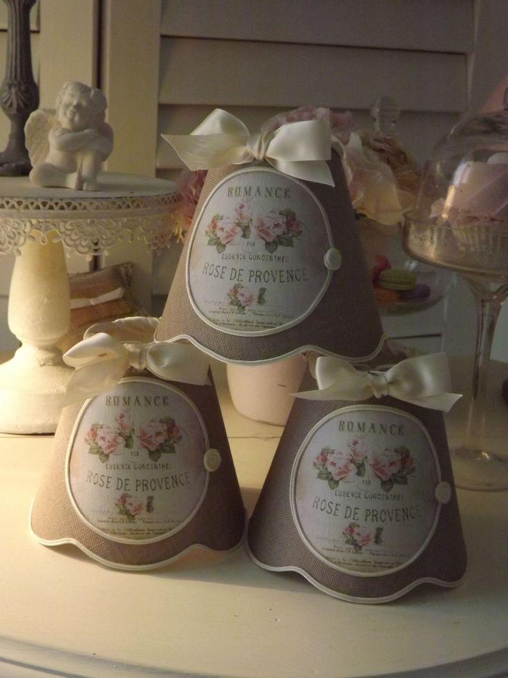 """Abat-jour festonné pour lustre ou applique, en lin de coloris taupe, médaillon rétro """"Roses de Provence"""" : Luminaires par patines-lin-et-coton"""