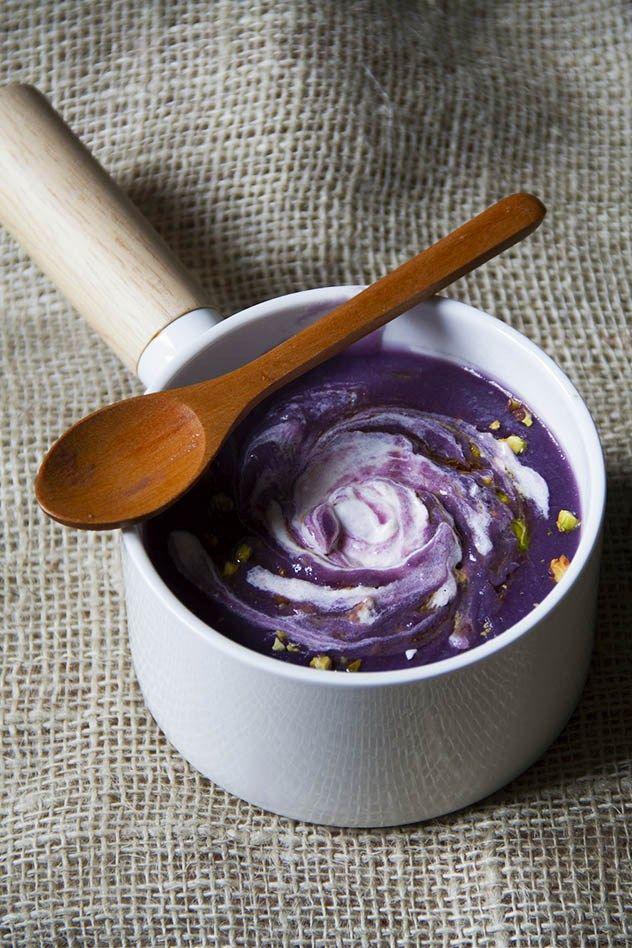 La vellutata di cavolo cappuccio è una crema leggera e saporita. Accompagnata con una quenelle di panna acida e pistacchi di Bronte, è un vero comfort food.