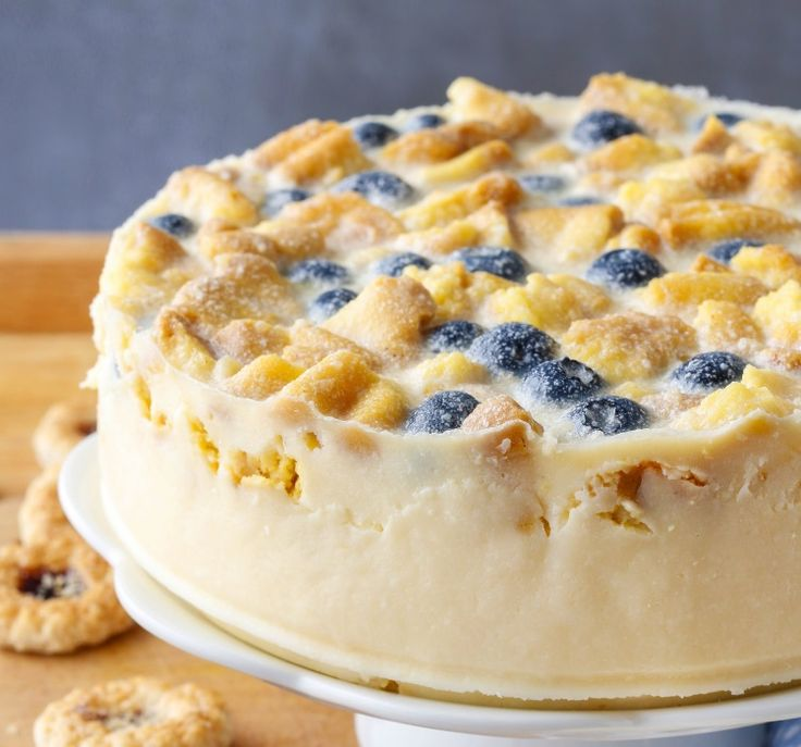 In zilele calduroase, cand vrei sa te racoresti cu un desert cremos, incearca reteta asta de cheesecake cu afine si ciocolata alba.