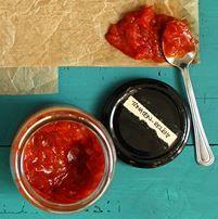 Dieses Tomaten-Relish ist sehr unkompliziert und schnell zuzubereiten. Es passt hervorragend als Sauce für Burger, als Grill-Sauce, oder zu Käse.