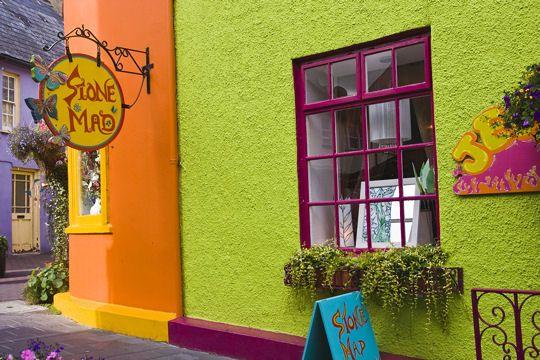 Le petit village de Kinsale, situé à une trentaine de kilomètres au sud de Cork en Irlande, est un émerveillement pour les yeux. Réputé pour sa gastronomie alliant poissons et fruits de mers, il fait bon s'y balader, le long des quais ou de ses devantures en couleurs...