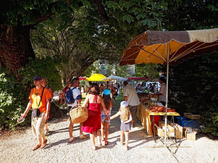 Carennac, Lot - Par CRT Midi-Pyrénées / D.Viet #TourismeMidiPy #MidiPyrenees #France #marché #market #food #fruit #Lot #Carennac #espritlot