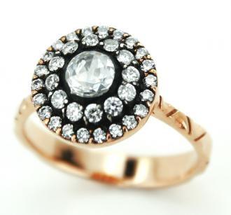 0.55 Cts Diamond Ring 8K Gold by Busra Diamond    Büşra Pırlanta 0.55 Ct Elmas Yüzük    Montür Özellikleri  Maden : Altın  Renk : Pembe  Ağırlık : 3,85 gr  Ayar : 8K    Pırlanta Özellikleri  Adet : 32  Renk : G-H  Berraklık : VS/SI  Şekil : Yuvarlak  Ağırlık : 0,40 Karat    Elmas Özellikleri  Adet : 1  Renk : G-H  Berraklık : VS/SI  Şekil : Yuvarlak  Ağırlık : 0,15 Karat