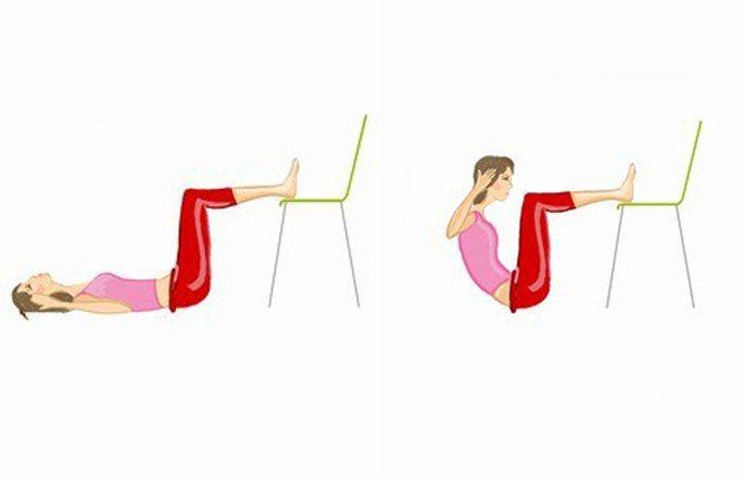 Übung 2: Crunches mit Stuhl - Flacher Bauch mit einfachen Übungen & Ernährungstipps - Ausgangsposition: Auf den Rücken legen. Die Beine werden im 90 Grad Winkel angewinkelt und liegen mit den Fersen auf einem Stuhl ab. Die Hände berühren leicht die Schläfen...