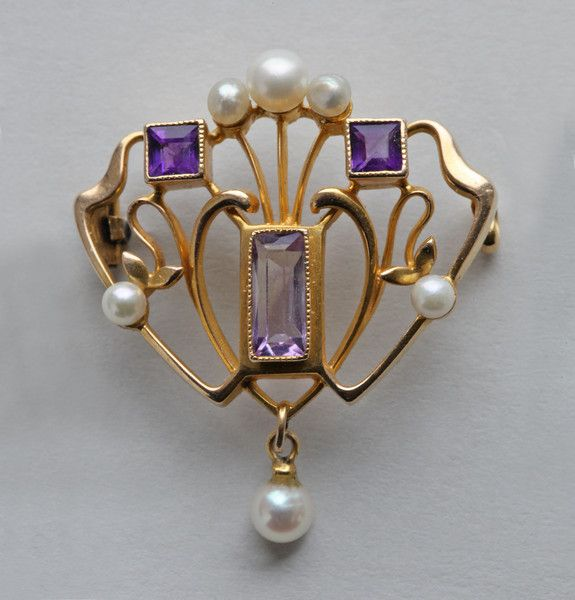 BARNET HENRY JOSEPH (Worked from c.1890-c.1910) Art Nouveau Brooch Gold Amethyst Pearl H 3.40 cm (1.34 in) | W 2.90 cm (1.14 in) Origin United Kingdom, c. 1900 Marks '15 ct' & 'B.H.J' Case Fitted Case Condition Very good Weight 5.40 Grams A lovely gold Art Nouveau brooch by B.H. Joseph. Literature: cf. The Directory of Gold & Silversmiths Jewellers & Allied Traders 1838-1914 From the London Assay Office Registers. Volume I