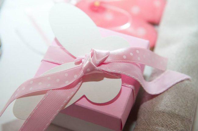 Μπομπονιέρα πεταλούδα τετράγωνο κουτί λευκό με ροζ.
