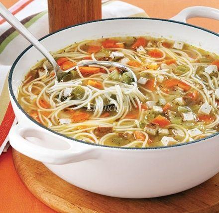 Горячий, ароматный, золотистый, абсолютно вегетарианский суп с лапшой, который так напоминает нам известный с детства куриный суп. Приготовьте его в воскресный вечер, и вся семья с огромным удовольствием соберется на ужин. Вы даже не заметите, как быстро он