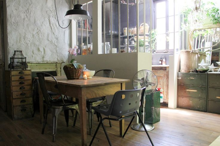 築40年の家をリフォームした住宅。家具の買い付けはアヴィニョンを中心に、ニースやカンヌなど、南フランスへ行くことが多いそう。