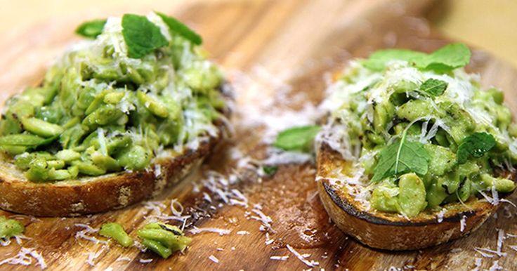 Bruschetta med gröna ärtor eller bönor, mynta och pecorino. Perfekt som en riktigt god förrätt eller lättare lunch.