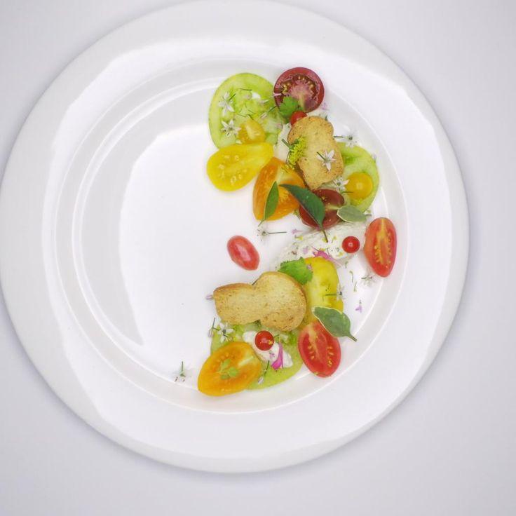 Salade de tomates et fromages frais / Tomato salad and fresh cheese | Pierre-Olivier Ferry (Villa Estevan (Jardins de Métis)). Archiving Food Photography | Gastronomy