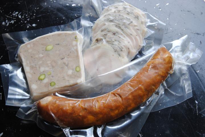 """都営浅草線本所吾妻橋駅A3出口から徒歩すぐ。「トライアール・シバタニ」 フランスパンやワインと合わせて食べたい「粗挽きフランクフルト」(620円)は、食感を出すために豚肉を手で刻んで作っているので、肉汁があふれ、とてもジューシー。""""田舎風""""の意味を持つ「テリーヌ・ド・カンパーニュ」(620円)は、豚肉と鶏レバーに玉ねぎをじっくり炒めたオニオンコンフィを合わせ、香辛料、ピスタチオなどを混ぜてオーブンで焼き上げています。"""