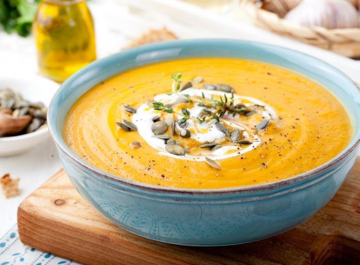 Deze lekker kruidige soep wordt gemaakt met butternut, oftewel flespompoen.