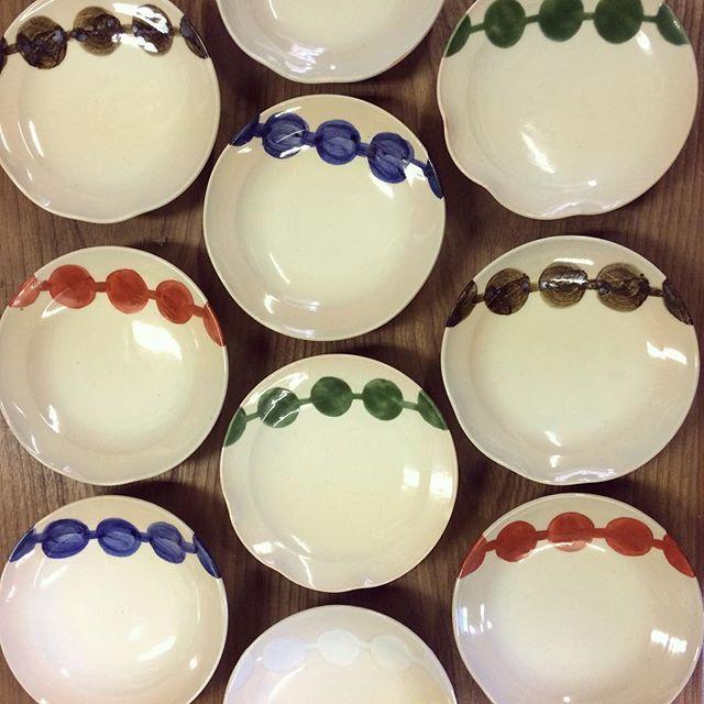 提灯つなぎ小皿。京都では春に都をどりというイベントがあります。都をどりのお皿にデザインされているのがこの提灯つなぎです。  #清水焼#陶器#陶芸#京焼#京都#六兵衛窯#うつわ#うつわ好き#pottery#ceramics#提灯つなぎ#都をどり