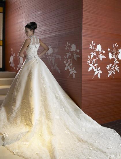 アメリカンスリーブのロングトレーンタイプ、カットレースのトレーンが大聖堂に映える ♡クラシカルな花嫁衣装ウェディングドレスまとめ参考一覧♡