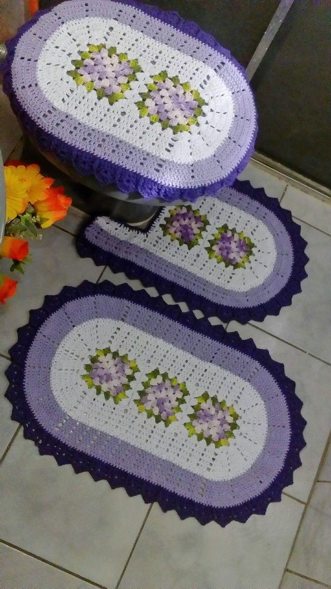 Modelo ideal para quem nao gosta de tapete com flores  Modelo com flores sem relevo  Jogo composto por 3 peças  Capa tampa do vaso  Tapete frente vaso  Tapete piso