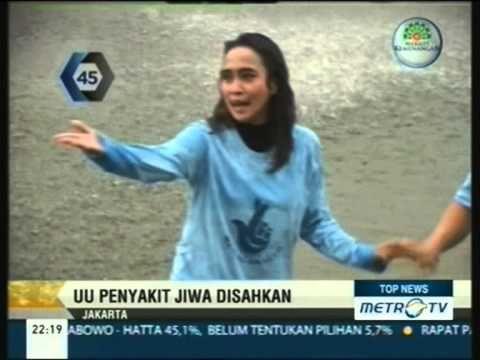 Mantan Wakil Ketua DPR Komisi IX Nekat Berenang di Kolam Air Mancur MPR DPR