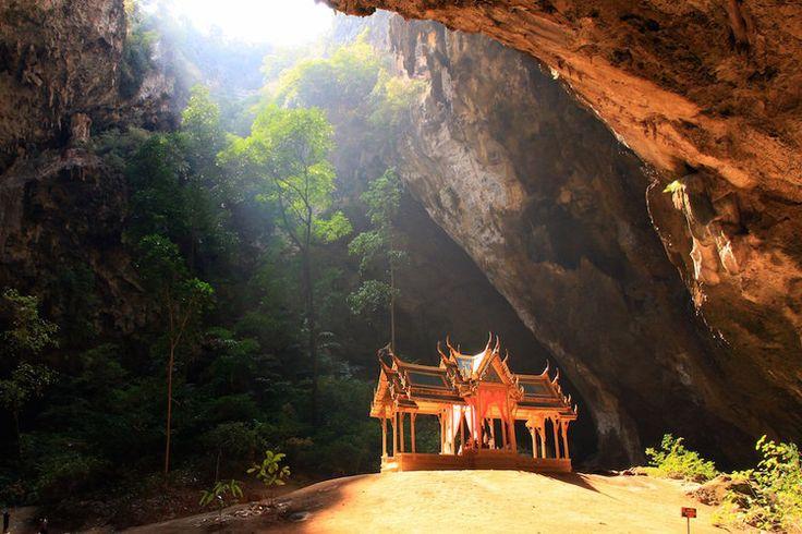 Quand les rayons du soleil transpercent le plafond de la grotte de Phraya Nakon et illuminent son petit pavillon royal, les visiteurs tombent vite sous le charme de ce décor ! Pour découvrir cette caverne aux merveilles, direction le parc national de Khao Sam Roi Yot en Thaïlande.