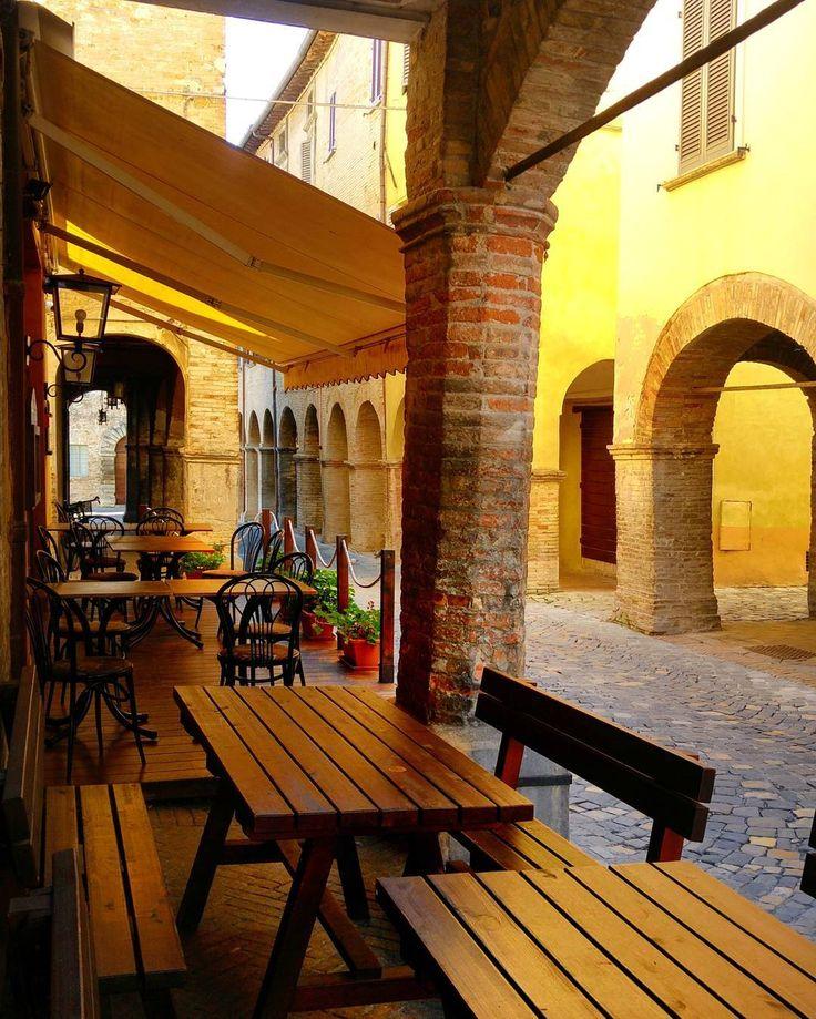 Walking in the beautiful Urbania . #italia #italia #urbania #marche #vsco #volgomarche #italianfood #restaurant #italian_trips #italian_places #italian_landscapes #gf_italy #gf_italia #italia365 #italy_vacations #viaparadise #livefolk #instagramitalia #facade #arches #lights #sun #city #town #love #paradise #traveling #travel #landscape #walking