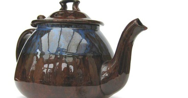 Como fazer um abafador de chá de lã. Um verdadeiro consumidor de chá não prepara xícara após xícara de chá, e sim bules cheios de chá. Manter o chá quente sobre o calor pode alterar o sabor do chá perfeitamente fabricado. Sua avó provavelmente teve um abafador de bule, como uma espécie de chapéu para o bule, que pode ser feito de qualquer tecido, mas a lã ajuda a manter o chá quente ...