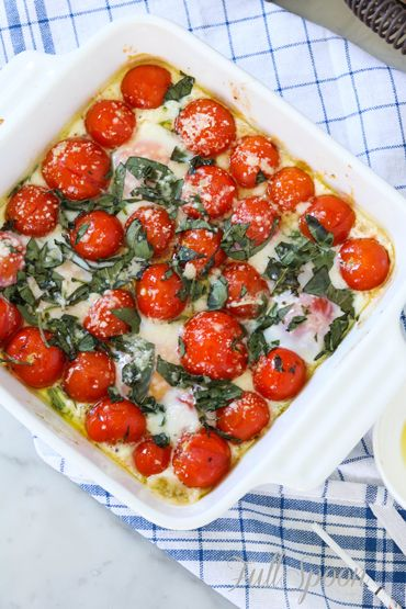 Запеченные яйца с томатами черри - прекрасный и полезный завтрак!!!  http://fullspoon.ru/zapechennye-yajtsa-s-tomatami-cherri-i-bazilikom/