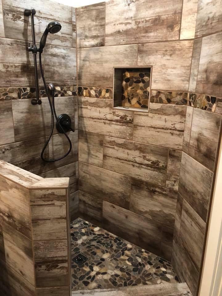 Diese schöne rustikal-moderne Dusche kombiniert unsere Brentwood Cream-Fliese m