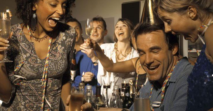 Juegos de parejas comprometidas en fiestas de compromiso. Una de las mejores partes de una fiesta de compromiso son los juegos planeados para ayudar a todos a conocerse, como así también ayudar a todos a conocer a los futuros marido y mujer. Hay una gran variedad de juegos disponibles, así que planea incluir en tu fiesta de compromiso los que halles más interesantes.