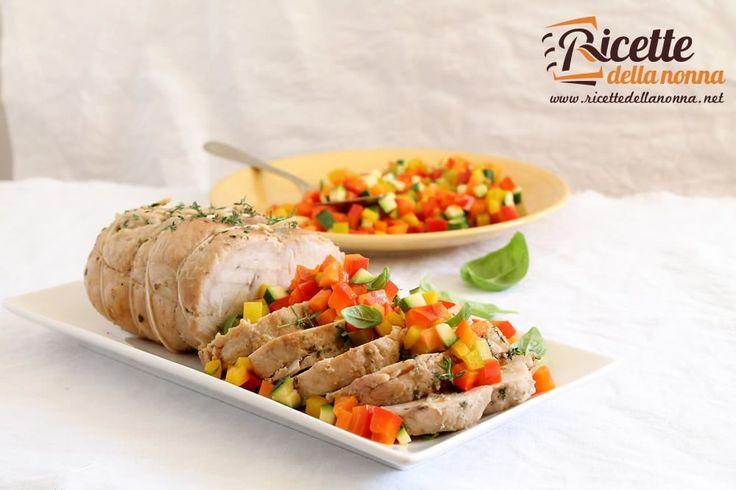 Un arrosto di tacchino cucinato semplicemente con delle verdure estive ideale per un pranzo leggero e non troppo impegnativo.