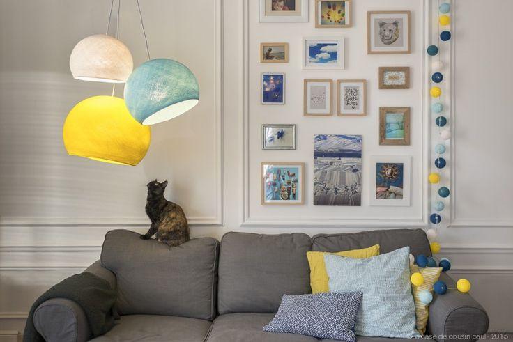 Au salon. Ce luminaire triple est composé avec:   1 S blanc - 1 M bleu ciel - 1 L jaune.  1 suspension triple tissée blanc 80-100-120 cm. Retrouvez toutes nos suggestions sur http://www.lacasedecousinpaul.com/fr/collections/coupoles