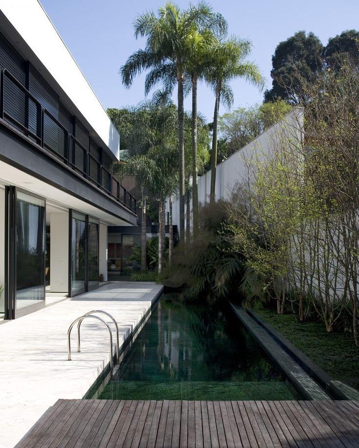 """2,355 Likes, 9 Comments - Casa Vogue Brasil (@casavoguebrasil) on Instagram: """"Um convidativo jardim lateral com deques e uma raia de 25 m define o projeto arquitetônico desta…"""""""