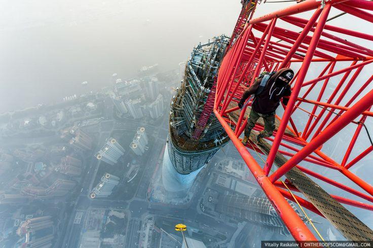 #rooftopping #skywalking Deux Russes escaladent la Tour Shanghai, deuxième plus haut gratte-ciel du monde, sans sécurité