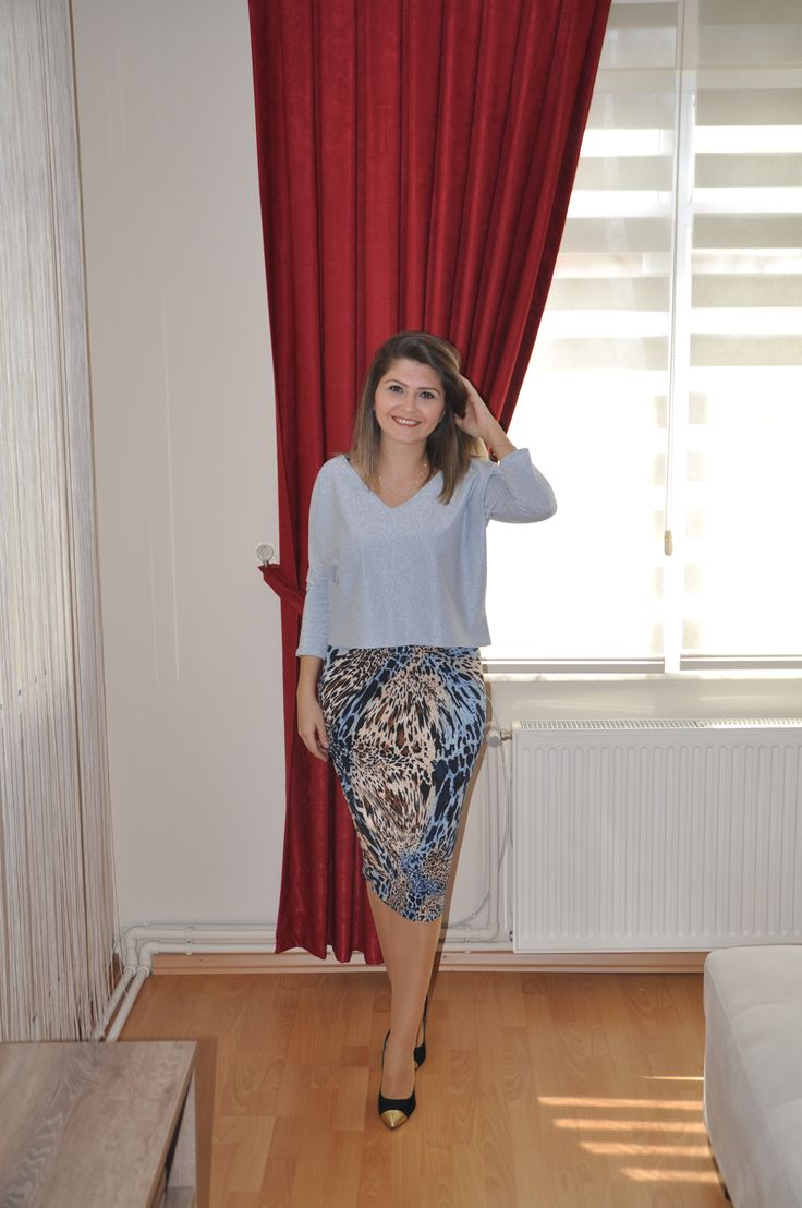 Leopar desenli mavi etek ve kendinden simli kısa bluz. leopar desenli etek 59.90 TL kısa bluz 29.90 TL