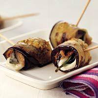 Recept - Auberginerolletjes met mozzarella - Allerhande: ook lekker met courgette. Alleen de mozzarella loopt er uit..