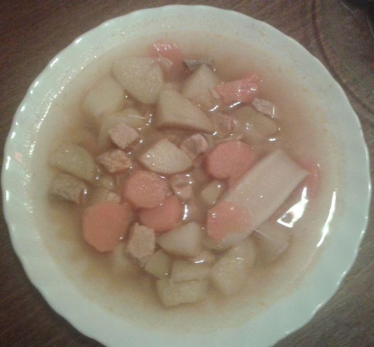 Nagyon finom krumpligulyás, nem agyonnyomva zsírral és füstölt belevalókkal. http://receptek365.info/levesek/krumpligulyas/