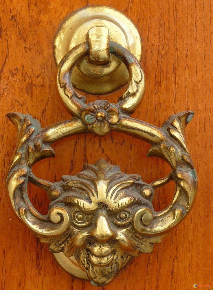 Heurtoir de porte - Les portes des maisons nobiliaires sont toutes ornées de magnifiques heurtoirs de bronze.