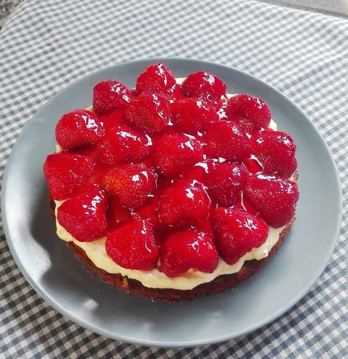 Min bedste opskrift på jordbærkage - BEDRE END BAGERENS!Det er vidst de færreste der ikke har smagt en god gammeldags jordbærkage fra bageren. Det smager jo herligt. Men hold da op hvor er sådan en jordbærkage dyr! Den bliver dyrere og dyrere og jordbærene færre og færre. Geléen er t