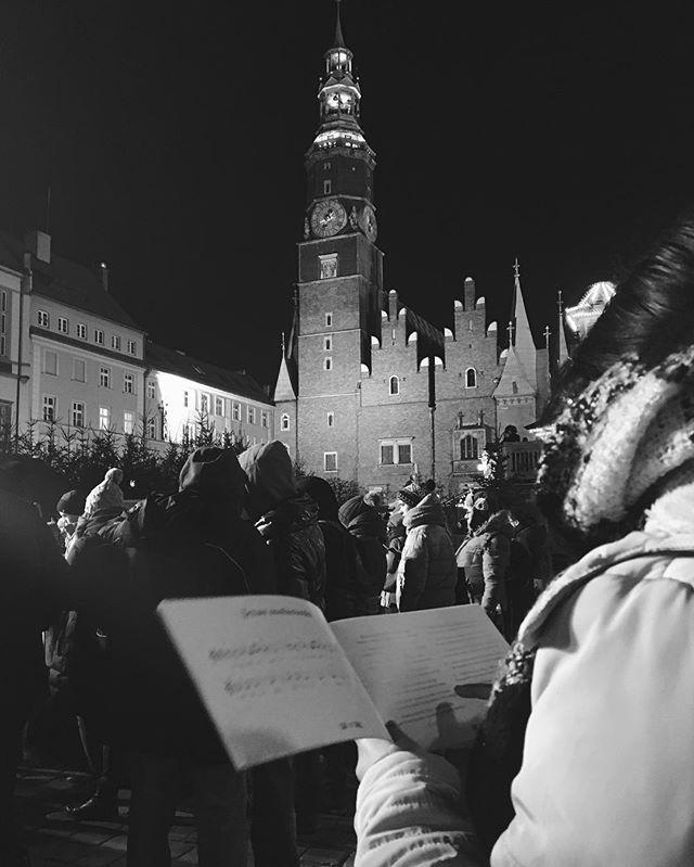 Jeszcze godzinę temu na wrocławskim rynku miało miejsce kolędowanie. To już ostatnie Jarmarkowe wydarzenie, już jutro znikają drewniane chatki. 🙂 #igerswroclaw #artystycznapodroz #wroclaw #wroclove #mobilephotography #onlymobile #explorepoland #1415mobilephotographers #blackandwhite #streetphotography #wroclawskirynek #jarmarkbozonarodzeniowy #kolędowanie >> fot. @pomorele