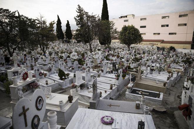 Το NEWS 247 καταγράφει το σκοτεινό παζάρι που λαμβάνει χώρα στα κορεσμένα νεκροταφεία και χωνευτήρια της Αθήνας, την ώρα που το ζήτημα της καύσης νεκρών παραμένει κολλημένο στα γρανάζια της ελληνικής γραφειοκρατίας, προσκρούοντας σε συντηρητικούς κύκλους και παγιωμένα συμφέροντα