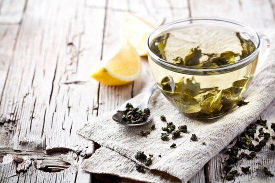 """2. Pfunde schmelzen mit grünem Tee Unser Tipp: Vor dem Sport grünen Tee trinken. In einer Studie haben Wissenschaftler herausgefunden, dass wir mit einer Kombination aus vier bis fünf Tassen grünem Tee und einer schweißtreibenden 25-Minuten-Trainingseinheit durchschnittlich ca. ein Kilogramm mehr abnehmen. <p>Und selbst wenn ihr nicht vorhabt, zum Sport zu gehen, genießt ruhig den etwas bitter schmeckenden Tee. Er <a href=""""/figur/fitness-fatburn/burpees-stoffwechsel-anregen-1242045/"""">kurbelt…"""