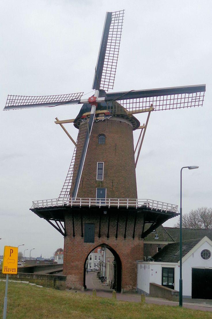 De ronde bakstenen stellingmolen Rijn en Lek uit 1659 is de enige overgebleven walpoortmolen in ons land. Hij staat op een middeleeuwse stadspoort, de Leuterpoort (genoemd naar de buurtschap De Leuth bij Amerongen). Aanvankelijk werd de molen gebruikt voor het vermalen van eikenschors, dat werd gebruikt in de leerlooierij. Later werd hij omgebouwd tot een korenmolen, die – ambachtelijk – ook vandaag de dag nog in bedrijf is.