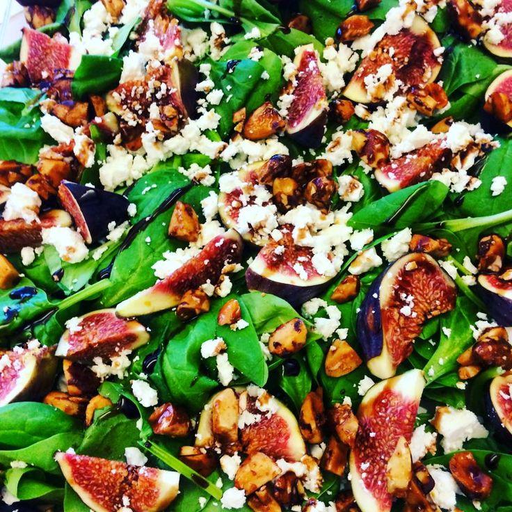 Salade de pousses d'épinards, figues, fêta, noix d'Amazonie au miel et crème de…