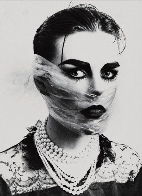 Linder Sterling « Depuis le milieu des années 70, Linder investit différentes formes artistiques, des arts plastiques à la musique en passant par la mode. [...] C'est le sexisme qu'elle combat à coups de photomontages (Punk Dada). Elle décrit ses œuvres comme des « auto-montages » dans lesquels elle casse l'image idéale de la femme en faisant le portrait de son aliénation. »