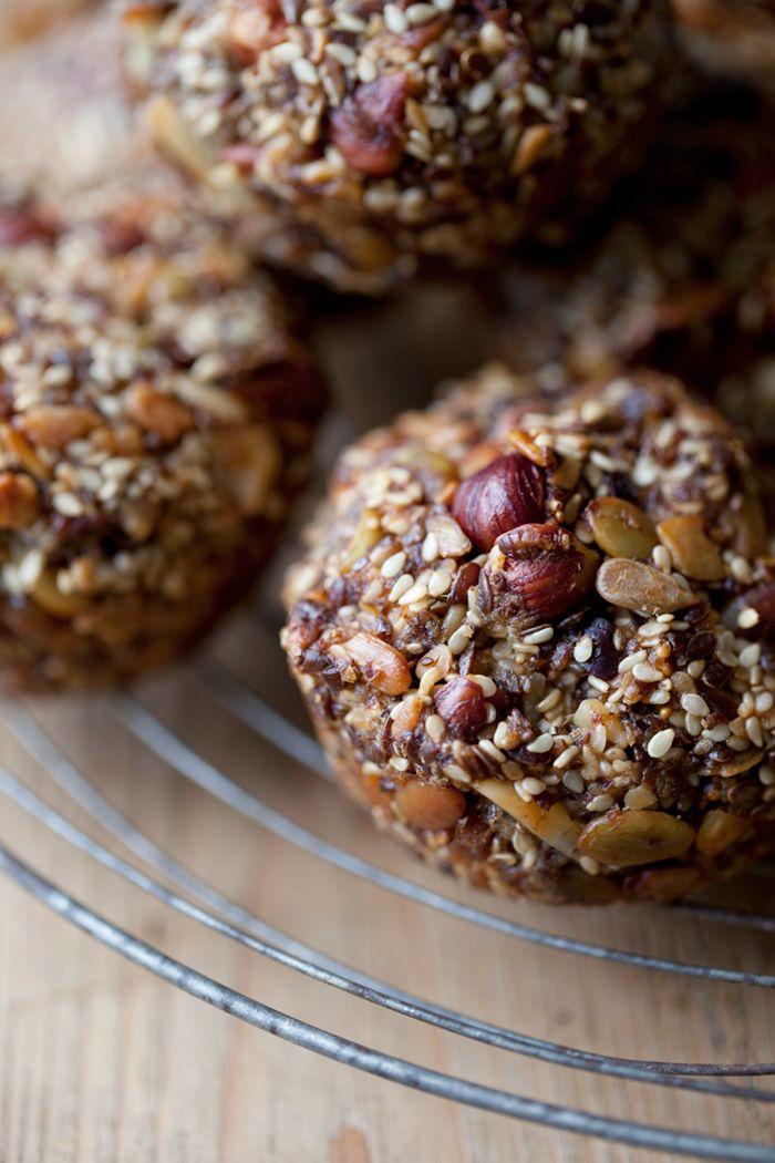 """Paleo Nuss-Brot etwa 12 """"Brötchen"""" oder ein großes Brot 100g Mandeln, grob gehackt 100g Haselnüsse, grob gehackt 100g ungeschälte Sesam 100 g Sonnenblumenkerne 100g Kürbiskerne 100 g Leinsamen, gemahlen eine Handvoll Chiasamen eine Handvoll rohe Kakaospitzen (Sie müssen nicht diese, nur um auszuschließen) 6 getrocknete Feigen, gehackt in kleine Stücke ... 3 kleine Bio-Eier 0,5 dl Kokosöl, Schmelzen 1 TL Meersalz"""