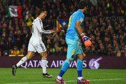 Claudio Bravo de Barcelona se ve como a Cristiano Ronaldo del Real Madrid CF celebra como él anota su primera y la igualación de gol durante el partido de Liga entre el FC Barcelona y el Real Madrid CF en el Camp Nou el 22 de marzo de 2015, de Barcelona, España.