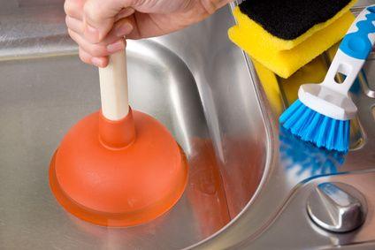 Comment éviter d'avoir les canalisations bouchées ? Pour entretenir ses canalisations et bannir le débouchage de vos éviers, adoptez cette astuce de nettoyage facile. Avec cette méthode, vous éliminerez les résidus de vos canalisations.