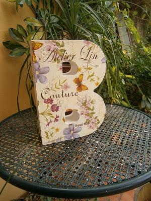 Caja letra decorada con decoupage y stencil