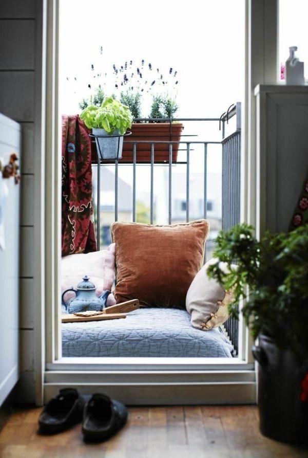 kleinen balkon gestalten laden sie den sommer zu sich ein kleine balkone kleinen balkon. Black Bedroom Furniture Sets. Home Design Ideas