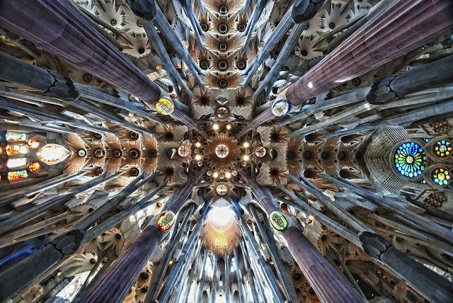 海外旅行世界遺産 サグラダ・ファミリアの内部天井 アントニ・ガウディの作品群の絶景写真画像ランキング スペイン