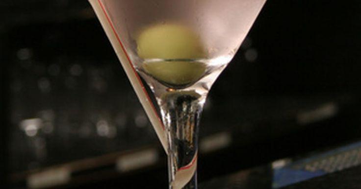 Los cocteles más populares de las décadas del 50 y el 60. Desde sus orígenes en la California del siglo 19, el cóctel (o cocktail), un trago hecho de bebidas blancas mezcladas con al menos otro ingrediente alcohólico o no-alcohólico, ha subido y bajado en popularidad. Durante la década del 2000 se ha experimentado un crecimiento constante en los tragos clásicos, hechos con licores de alta gama, de ...