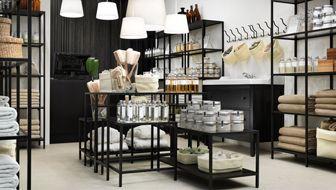 Boutique bien-être avec portable et tables basses utilisées comme présentoirs
