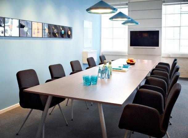 Une salle de réunion avec table de conférence GALANT en placage de frêne/couleur argent